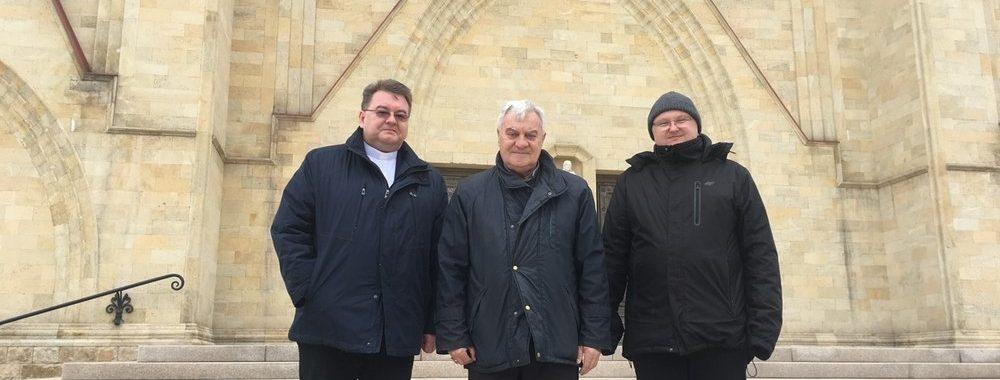 O. Prowincjał z biskupem Adelio i o. Pawłem przed katedrą w Karagandzie